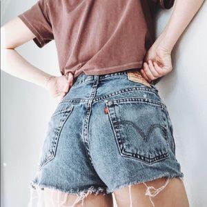 Super Cute Levi's 550 high waisted denim shorts